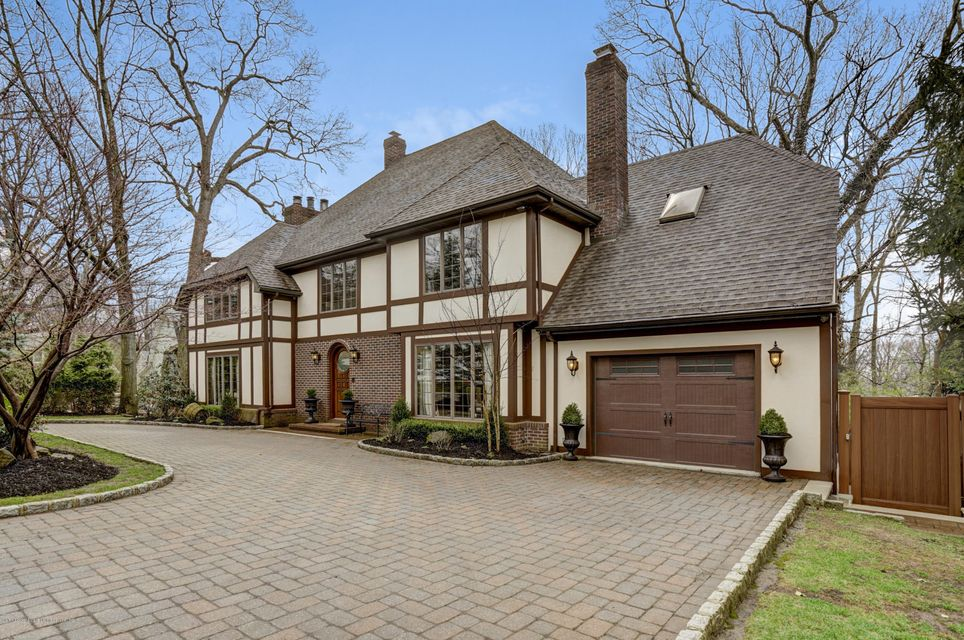 Single Family - Detached in High Rock - 15 Charles Court  Staten Island, NY 10306