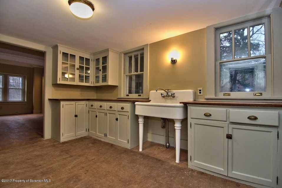 Kitchen/Butler's Pantry