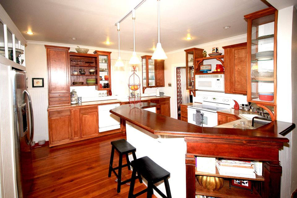 EXCEPTIONAL VINTAGE HOME IN ROUNDTREE NEIGHBORHOOD, SPRINGFIELD