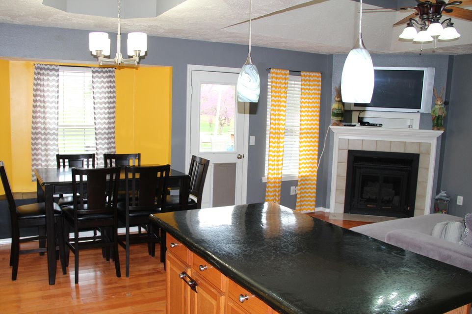 Kitchen Cabinets Springfield Mo Riverbreeze In Springfield 4 Bedrooms Residential 158000 Mls