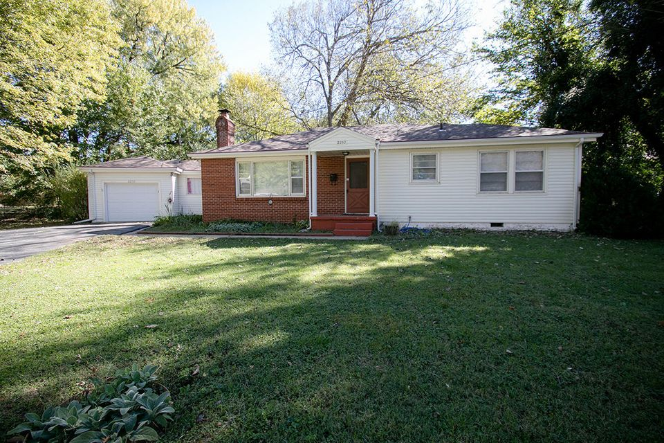 2252 South Roanoke Avenue Springfield, MO 65807