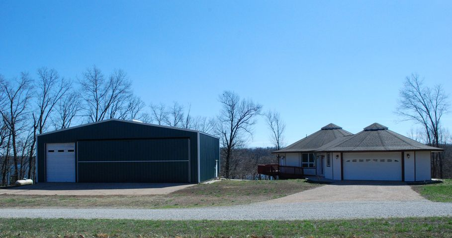 PILOT'S DREAM –  HOME WITH LAKEVIEW, PRIVATE HANGAR, AIRSTRIP