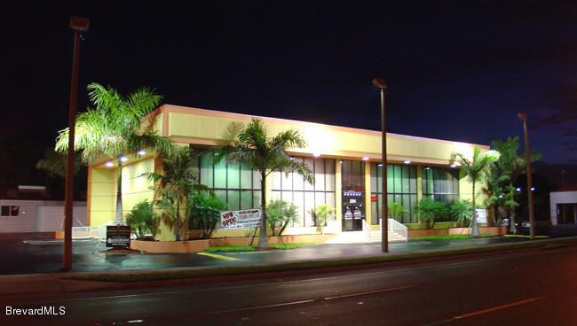 Commercial pour l Vente à 234 E Merritt Island Causeway Merritt Island, Floride 32952 États-Unis