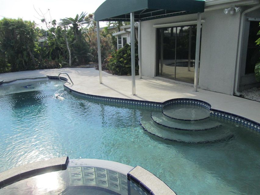 Maison unifamiliale pour l Vente à 235 Ocean Spray 235 Ocean Spray Satellite Beach, Florida 32937 États-Unis