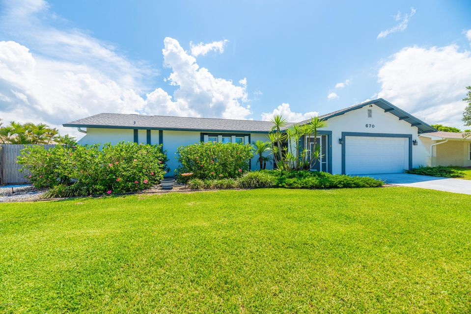 Maison unifamiliale pour l Vente à 670 Caiman 670 Caiman Satellite Beach, Florida 32937 États-Unis