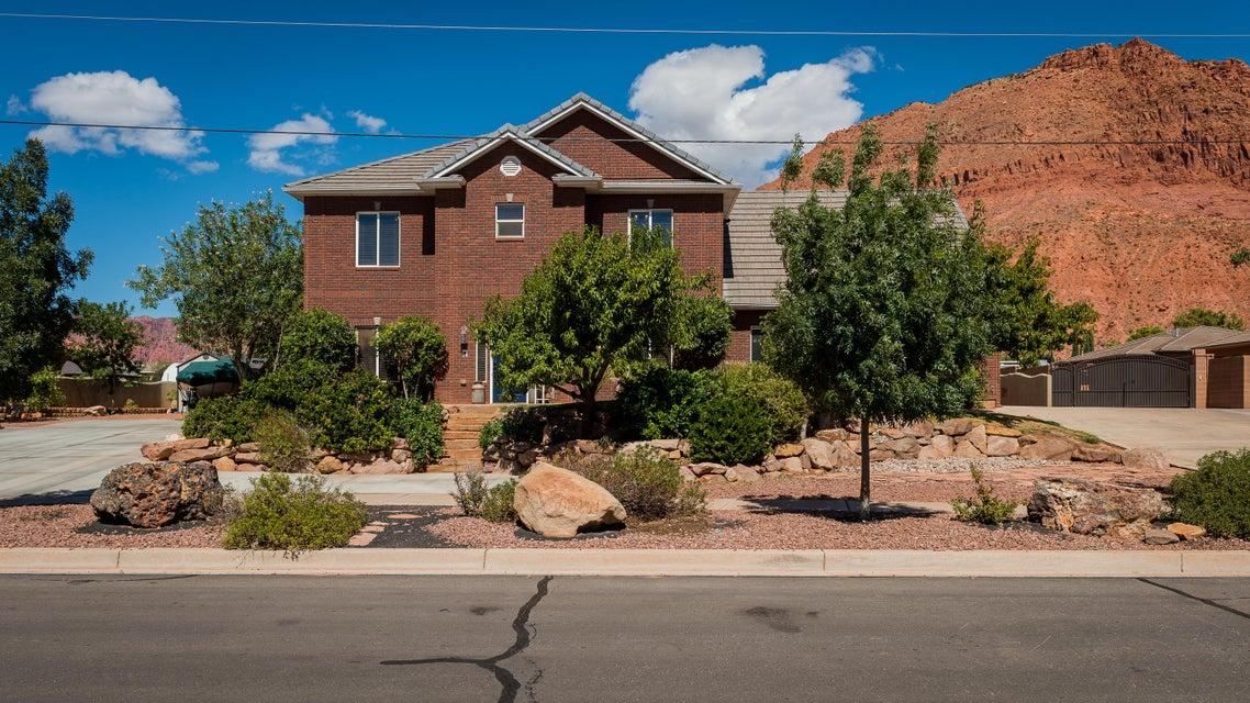 Maison unifamiliale pour l Vente à 140 200 140 200 Ivins, Utah 84738 États-Unis