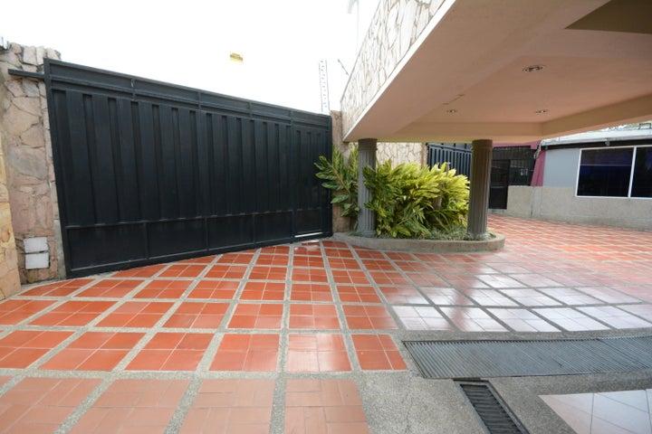 Terreno En Venta En Maracay - Las Delicias Código FLEX: 17-6708 No.1