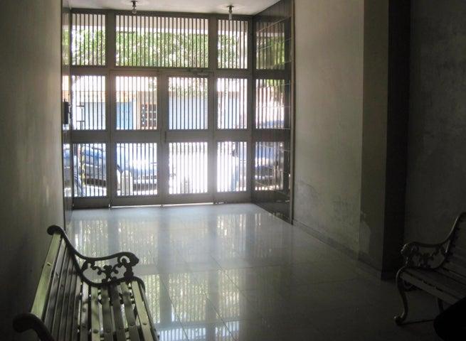 Apartamento En Venta En Maracay - Avenida Bolivar Código FLEX: 18-13348 No.1