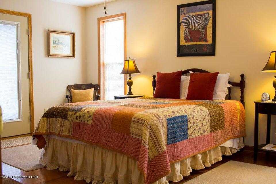 13. Master bedroom (1)