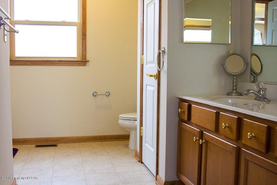 15. Master bathroom (1)