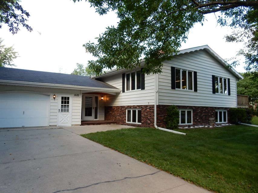 1625 9th Street,Willmar,4 Bedrooms Bedrooms,3 BathroomsBathrooms,Single Family,9th Street,6027339