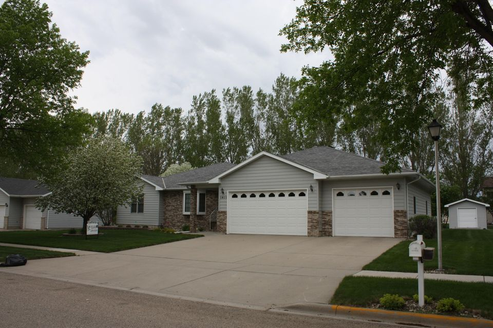 EASY TO SHOW! Meticulously cared for south facing ranch style home in Ashwood Heights. Over sized heated garage, main floor utilities, 2 fireplaces, newly added 4 season room, granite counters in kitchen.  Irrigation system and storage shed. Includes all appliances.