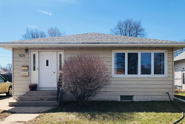 Move right in & enjoy! Updates include, kitchen with granite counters, windows, siding,  roof, furnace & fence! Convenient location, near schools & parks!