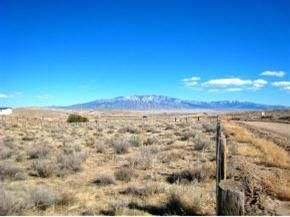GREAT PRICE for 1 Acre. Huge View Lot With Horses Allowed Zoned E-1. Close In Rio Rancho. Just Down The Street From The Wal-mart, Starbucks & Other Restaurants. Also Near Arena And City Center. See Photos- Its Really Awesome. Less Than 2 Blocks From Unser & Northern For Quick Access To Anywhere.