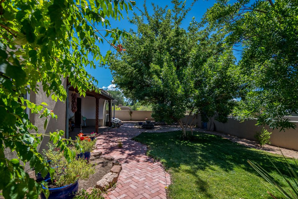 801 Charles Place, Los Ranchos NM 87107