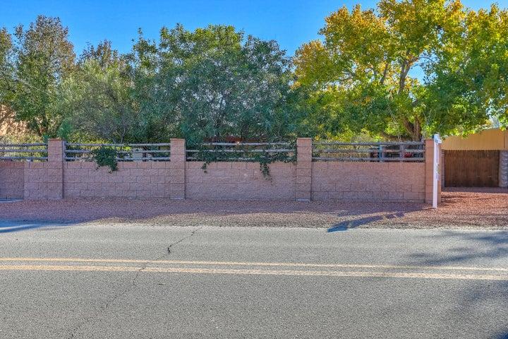 824 Ranchitos Road NW, Los Ranchos, NM 87114