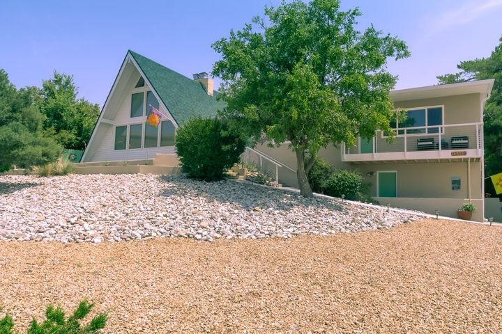 Fabulous Glenwood Hills home with stunning views!