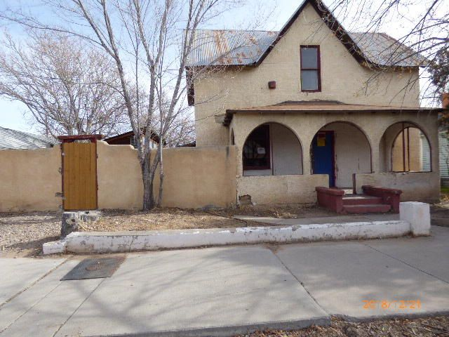 Here is a true ''diamond in the rough''.  Here is a possible great opportunity for  you investors or savvy buyers wanting some sweat equity in a central location.  Great location close to  Historic Downtown. Refer to the  National Registry as Historic for more information. Great community close to Old Town & Museums, Downtown, UNM, Restaurants & Entertainment.
