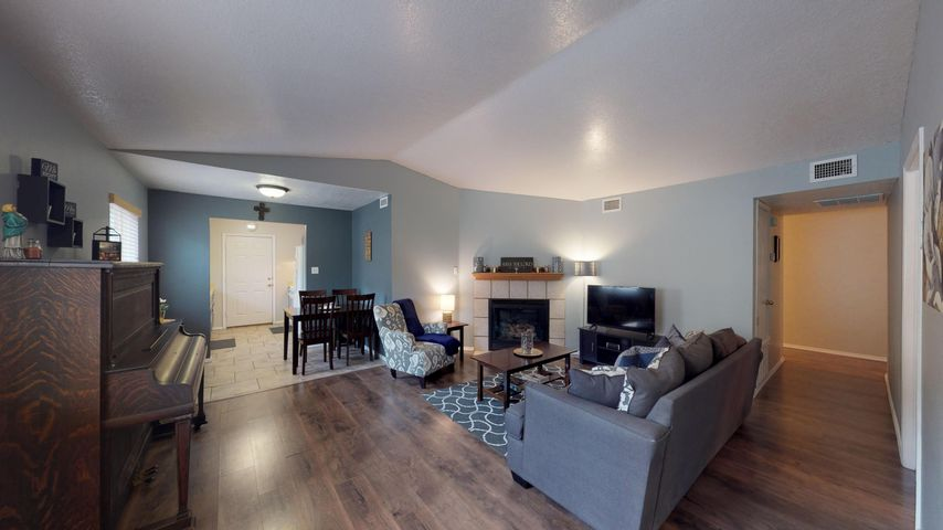 OPEN HOUSE: Saturday Jan 19, 11am-1pm. Location, location, location! Great home near shopping, the base, and easy freeway access. The backyard is perfect for relaxing or having a barbecue! This home has been well taken care of, and is ready for a new owner!
