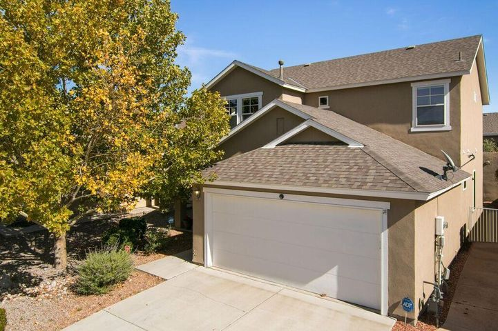 Ready for a Quick Close, Perfect flowing floor plan, two living areas, formal living rm & dining rm. plus den with fireplace.  Large laundry rm down stairs. Huge master bedrm  & spacious master bath & closet. Separate shower and garden tub. Brand new carpet through out the house tile in wet areas. freshly painted downstairs. Beautiful back yard, covered patio.  Charging port in garage, dog run,  Nice easy to see!