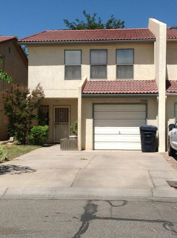 Good Starter Home ,Three Bedbroom, Close to Freeways and Mall