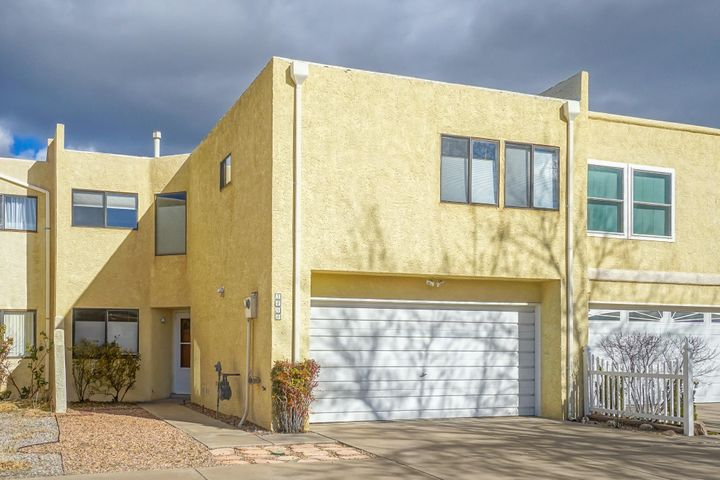 Wonderful townhouse located in the highly rated Eisenhower/Eldorado school district. Did