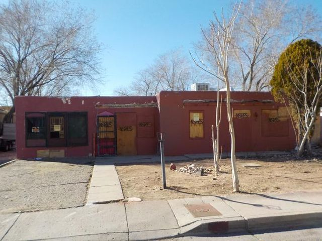 Convinient access to Downtown Albuquerque. Close to shopping, good size backyard.