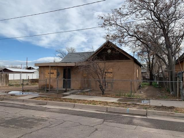 Amazing opportunity to own this 1920's home in the Historic Downtown/Rail yard area. The large lot features backyard access from the front along with alley access in the rear. Don't let the exterior scare you from the amazing potential this home has to offer. Please see Lo/So for offer submission and informaiton.