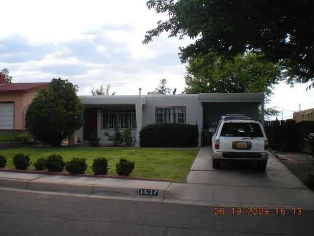 This property needs TLC but has so much potential in location, location, location for rental income or proximity to UNM, UNMH, Presbyterian, ...