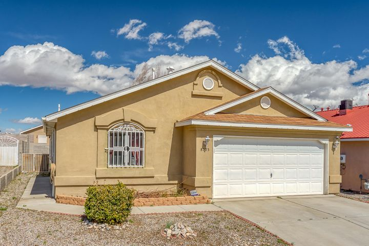 Great single story, two car garage with 3 bedrooms, 2 bathrooms. Open kitchen with dining area and large living area. The backyard is spacious and offers a paved space for all your out door activities.