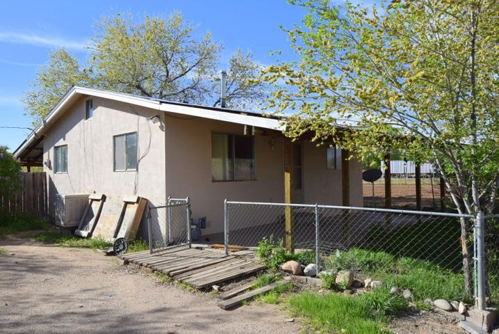 Very cute country style home on large and quiet lot!  Exposed beams and wood floors give this charming home tons of character.  Enjoy your morning coffee on the back porch while the sun comes up over the Sandias.  Only 11 minutes from Bernalillo and 35 minutes from Santa Fe.