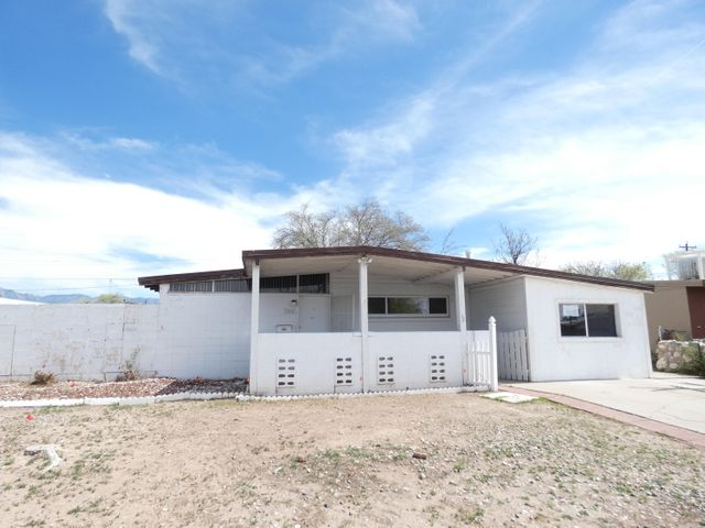 Beamed ceilings throughout the house and  two living areas. Large back yard. Owner Occupant bids accepted thru 4/25/2019 @ 10:59 PM MST. HUD homes are Sold As Is. No pre closing repairs or payments will be made for any reason. Home is insurable with repair escrow and is eligible for FHA financing. For Utility Turn Ons: Approval must be granted in advance from HUDs Field Svc Mgr. In cases where plumbing deficiencies exist approval for water turn on may be denied. Review PCR for utility turn on information. PCR is not to be relied upon in lieu of a home inspection. ''Insurability subject to buyer's new appraisal.'' Equal Housing Opportunity