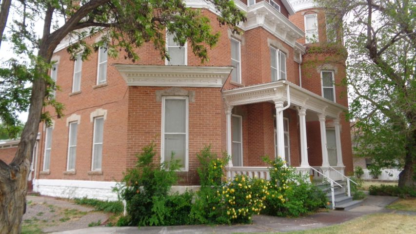 5 bedroom 5 1/2 bath Victorian home. Ceiling fans, reverse osmosis system, zoned heating upstairs. Would make a great bed and breakfast! Lots of potential!