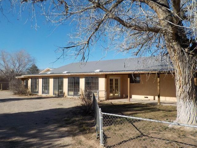 Ranch style home with horse facilities in prime location in the heart of the North Valley.Tons of space. Open floor plan with laminate and brick floors in living areas. Large kitchen with breakfast bar. Seperate family room. Large master suite, 3 guest rooms.