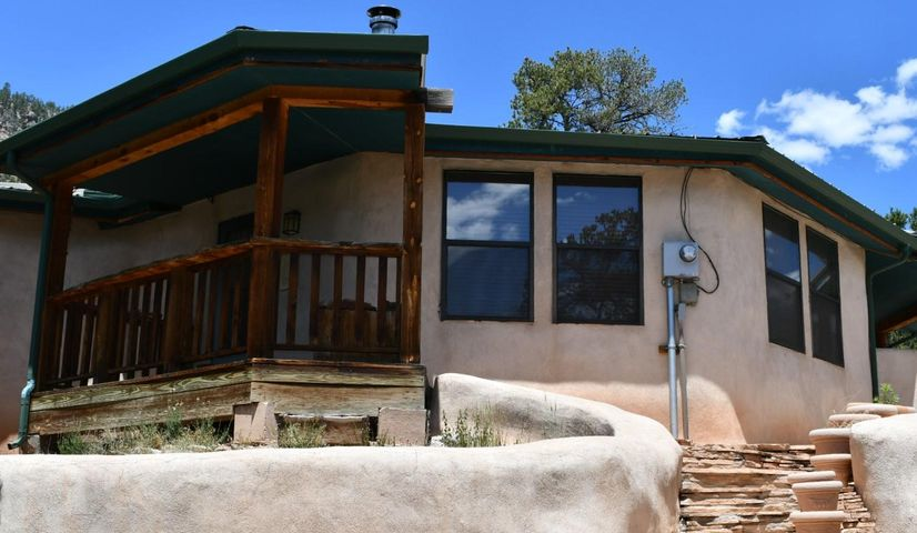 Straw-bale tiny home!   Retreat to some of the best views in New Mexico!  Home has full bath, laundry, and a very nice kitchen. Nice covered porches to enjoy the view! Two bedrooms OR 1 bedroom and a nice family room.  Living area has nice woodstove.  Thick straw walls with beautiful wood hand-hewn window sills.  Did we mention the views?