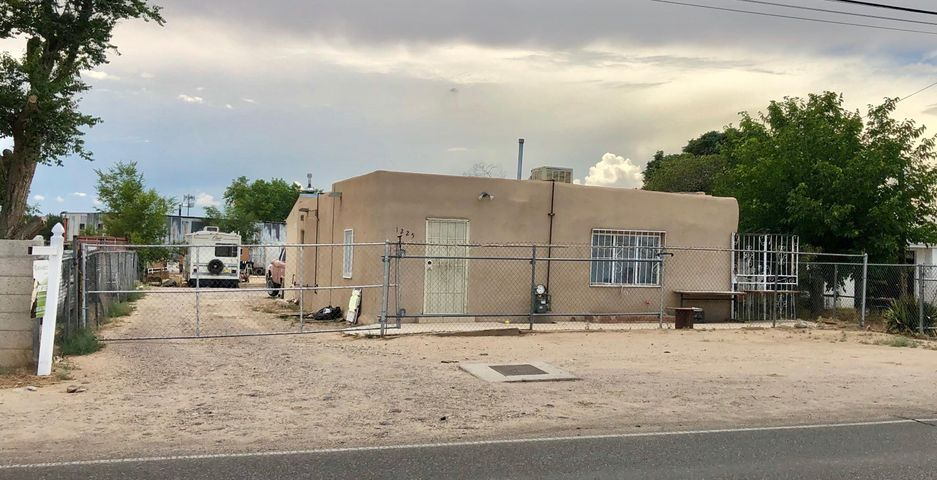 You have to come and check this home out! it is well maintained, and the lot is big. It has backyard access there are 2 meters! to park your RV or a mobile home! Venga a ver esta casa! El lote tiene para meter una traila o RV con conexcion. hable me para mas informacion