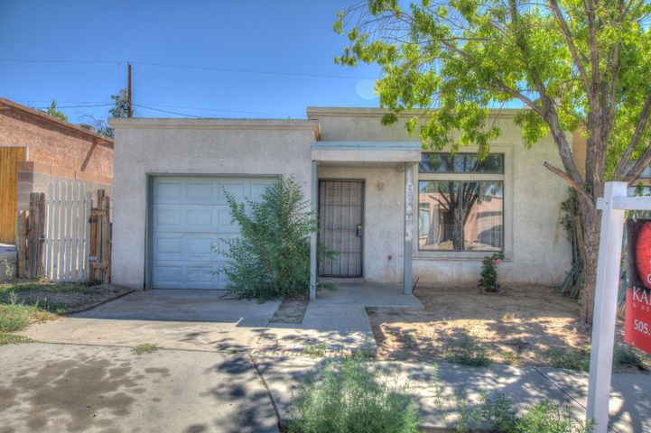Great first time buyer home single story 3 bedroom 2 baths. Open floor plan. Single story garage no HOA. Make offer today.Home sold ''AS IS''