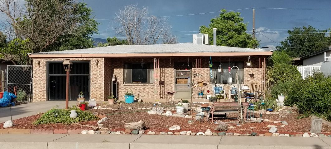Short Sale. Bank will not pay NMGRT.Needs work but a lovely home near schools, shopping and close to freeway.Sold ''AS-IS'' with no garauntees or repairs.