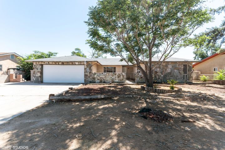 Beautiful Home in Rio Rancho, offering three bedrooms and two bathroom. New flooring and fresh paint. Kitchen offers a lot of space with formal dinining area. New stainless steel appliances. New water heater and so much more. Great location, near shopping and schools.