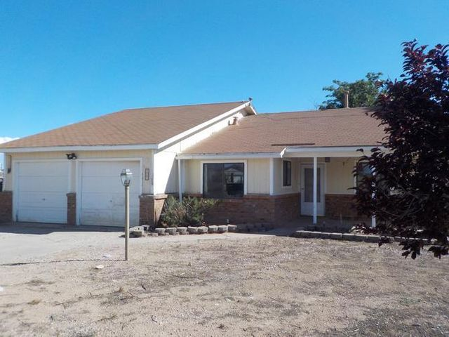 Gorgeous 4 bedroom home with two baths. Located in a large lot in Rio Rancho. Spacious living area, kitchen with plenty of cabinet space and separate dining area. Near shopping and schools.