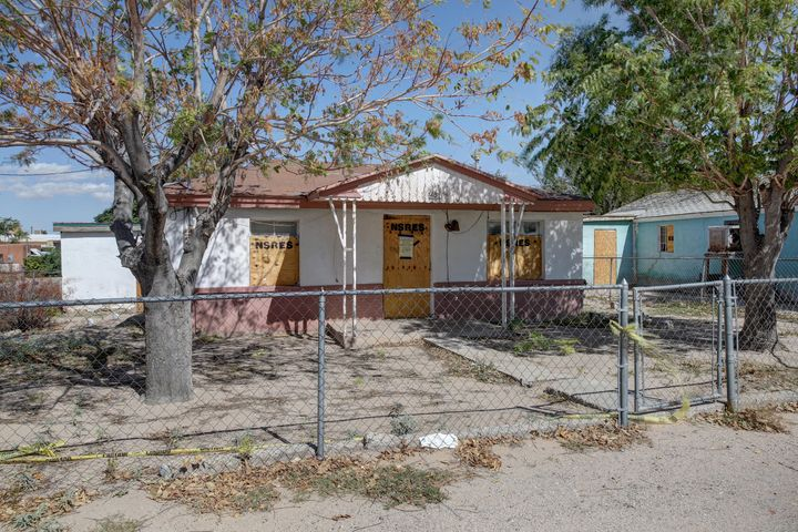 Great Opportunity!! Handyman Special.  Nice size front yard.  Easy access to Downtown and Freeways.  Sold AS IS.
