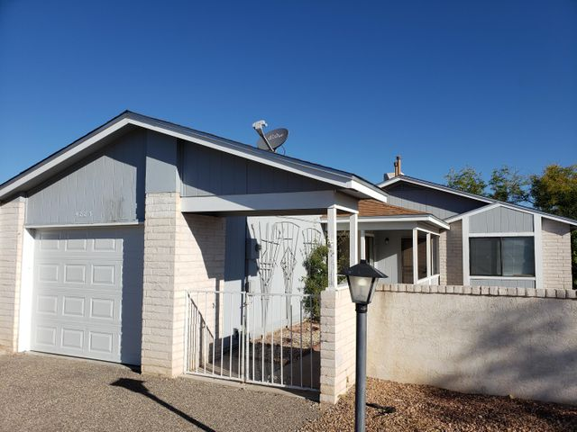 Come see this super clean and cute 2 bedroom/1 bath home in the heart of Rio Rancho. Newer roof and laminate flooring. Great starter home or investment property, Schedule your showing. This wont last long.