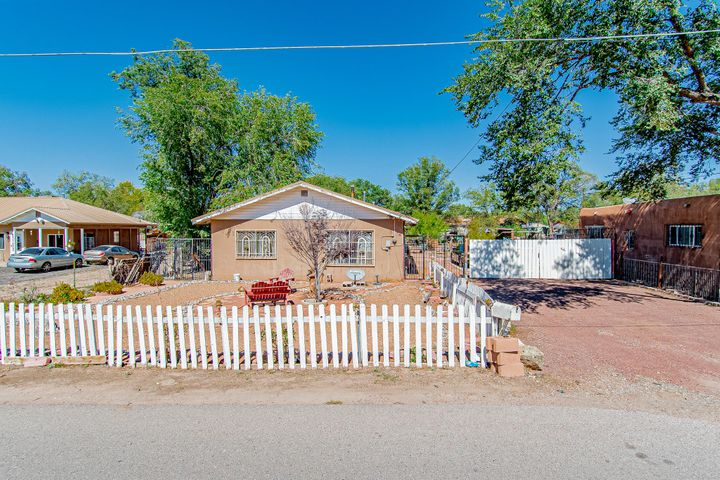The perfect house for entertainment!!!! 3 bedrooms, one bathroom.Landscaped backyard: plenty of sitting areas, water fountain, bread oven, fish pound, and much more, call to schedule your visit.