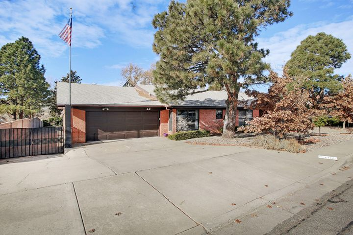 A Single Story, One Owner, Mid Century Modern Feel, Brick Beauty with a Great Floorplan and .41 acre lot!  Double door Entry leads to a vaulted ceiling 24.4 x 15.6 Living Room with Rock Fireplace and light filled windows.  Family Room with built-ins.  Kitchen with lots of cabinets, pantry and airy breakfast area.  Separated Master suite with TWO walk-in closets. All other 3 bedrooms are on the other end of home, each with walk-in closets.  Located Four Hills with Country Club and Golf Course.  So Many Possibilities with this Home come make it yours!!