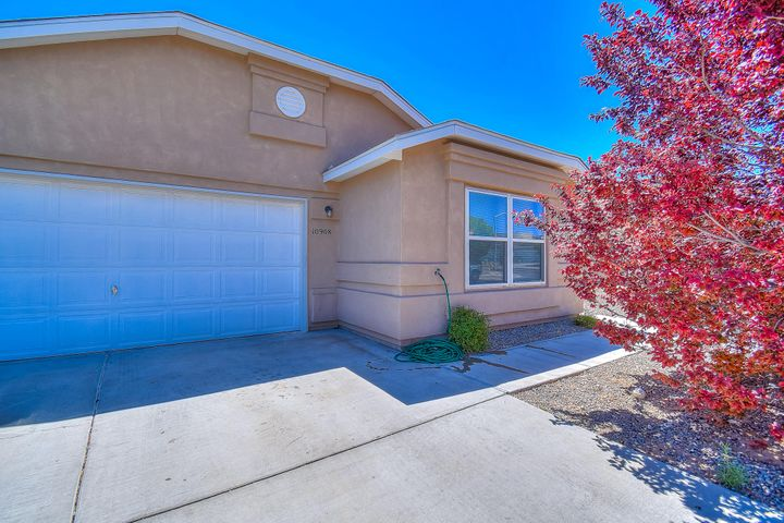 back on the Market!!Very Spacious Artistic Home in Desirable Ridgeview Subdivision! Over sized Living Room! Nice Kitchen and Dining Area! Large Master bedroom with Walk In Closets and Beautiful Master bath! Freshly Painted throughout. Lots of shade in the backyard with Mature trees! House is a Must see!