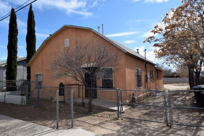 Cute home with LARGE lot down town.  Potential multi-generational home!  5 bedrooms and lots of space!  Freshly painted.  Close to down town and freeway access.  Go see this lovely 5 bedroom home!  Walk the dogs at the park or walk to down town!