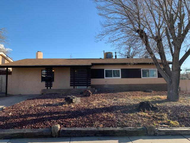 Casa Bonita!, Nice Corner Lot, with a Big Back Yard perfect for entertainig, Fresh Paint, New blinds, Laminate Floors, Tile in the Kitchen and Bathroom area. Close to Shopping, Easy Access to Main Streets, Ready for the New Owner!
