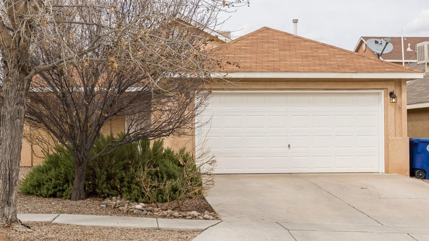 Nice single story 3 bedroom home!  Great open floor plan in the main living area and kitchen.  The kitchen is spacious with breakfast nook.  The master suite has a full bath with a lovely garden tub shower combo and double sinks.  Easy access to Unser!