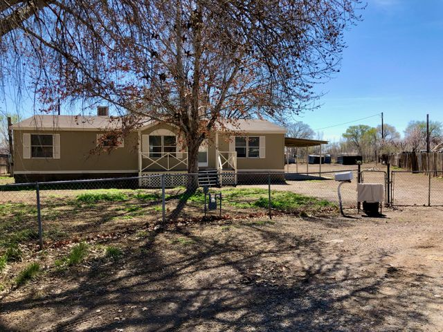 Newly updated home sitting on half an acre in the heart of Bosque Farms.  New laminate and carpet flooring throughout.  Spacious kitchen with granite counter tops and stainless steel appliances.  Enjoy a large master bedroom with a walk-in closet and garden tub.