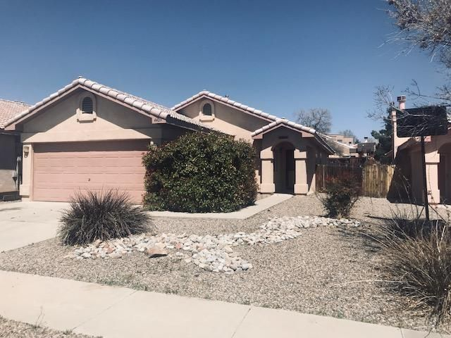Super cute little casa in Seven Bar! Great looking Spanish tile roof.  Walking distance to shopping and mall. Easy access to Paseo Del Norte !  Spacious kitchen/family room combo  room  with high vaulted ceilings!